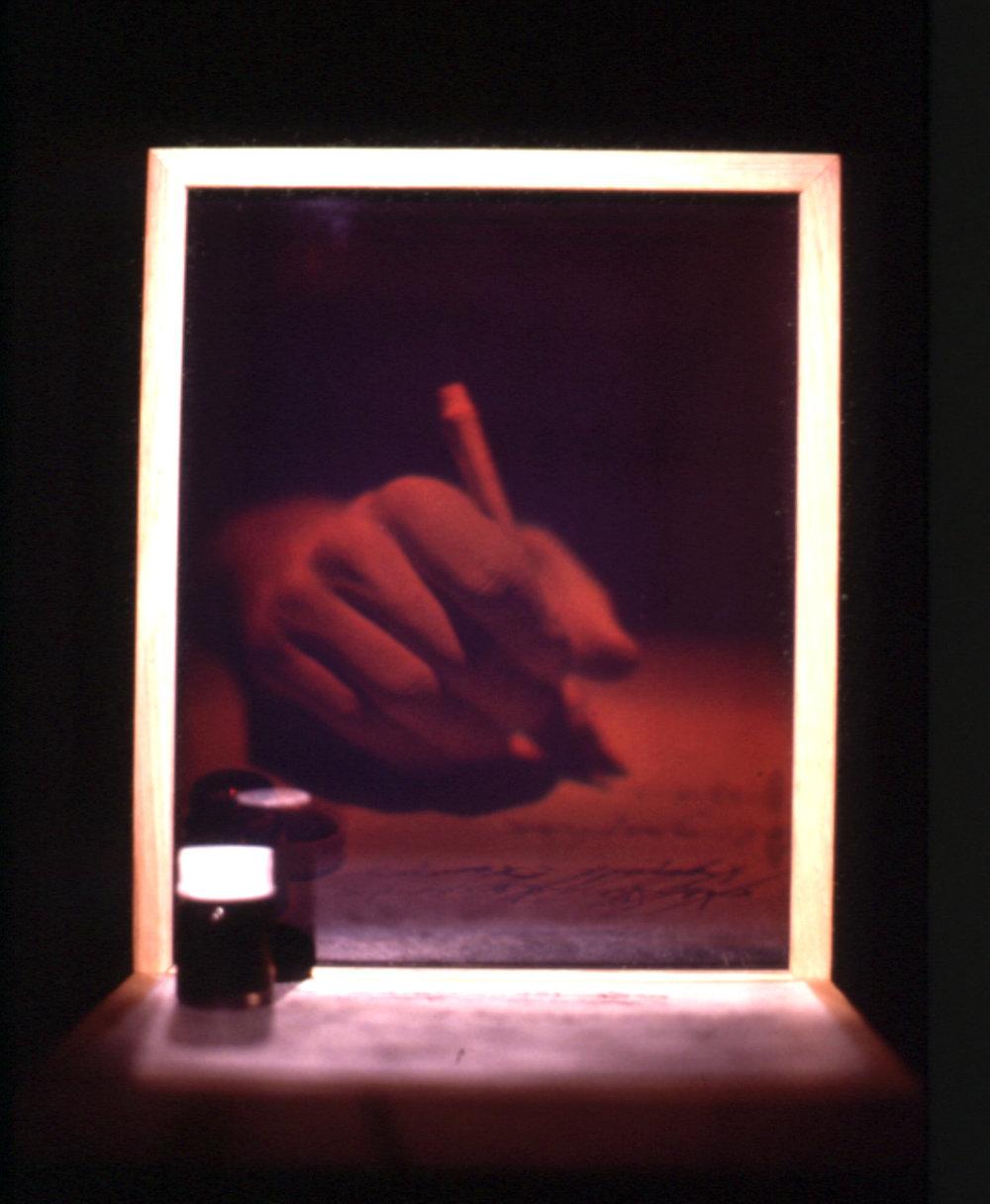 «Tranche d'espace-temps» , 1984    Hologramme de réflexion sur verre (WLR),bois,encre sur papier et bouteille, 21 x 30 x 22 cm, éd. 6/6