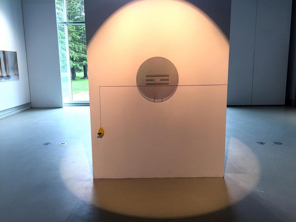 «Là où le soleil se lève », 2017. Plexiglass, film diffractant (HOE), fil bleu à tracer et éclairage Leiko