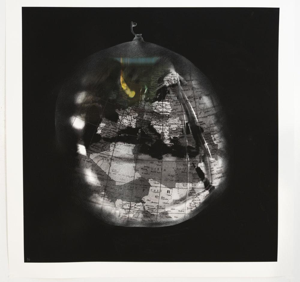 Deflating World I, 2018, 100 x 100 cm (impression numérique à jet d'encre et crayon blanc sur papier Verona). 1/1
