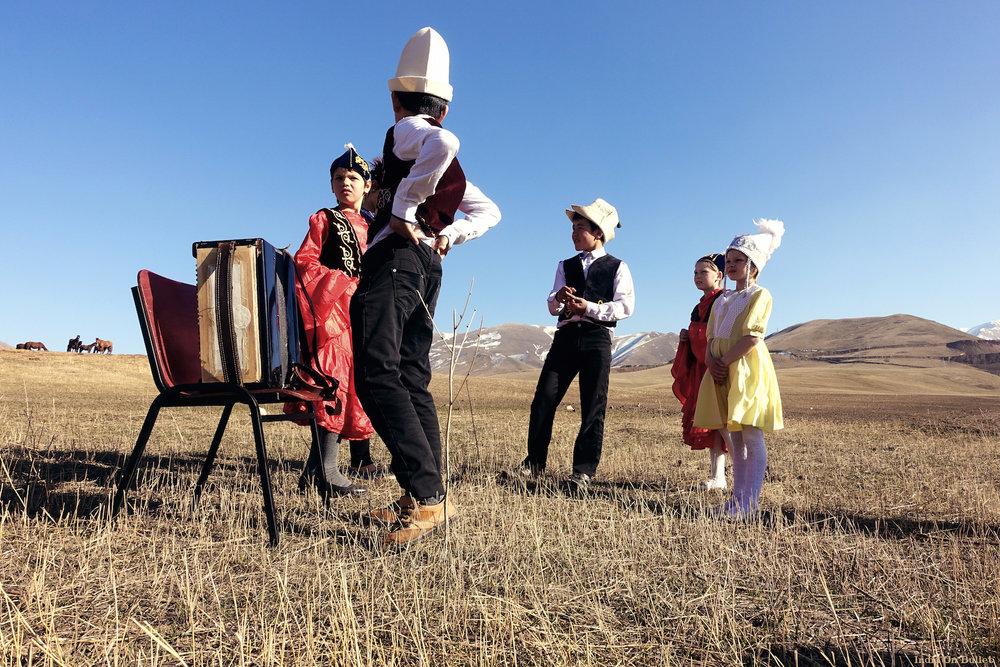 14.      Folklore Kirghiz  . Orlovka, Kirghizistan     60cm x 40cm,   support en   aluminium, €56.00   ( Frais de Port inclus)