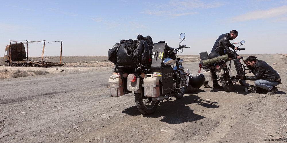 20.      Réparation Improvisée  . Désert du Karakalpakstan, Ouzbékistan    80cm x 60cm, support en   aluminium, €89.00   ( Frais de Port inclus)