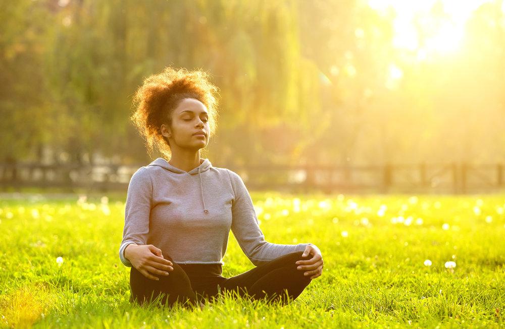 Respirar de forma adequada melhora a oxigenação do sangue e relaxa a tensão na musculatura.