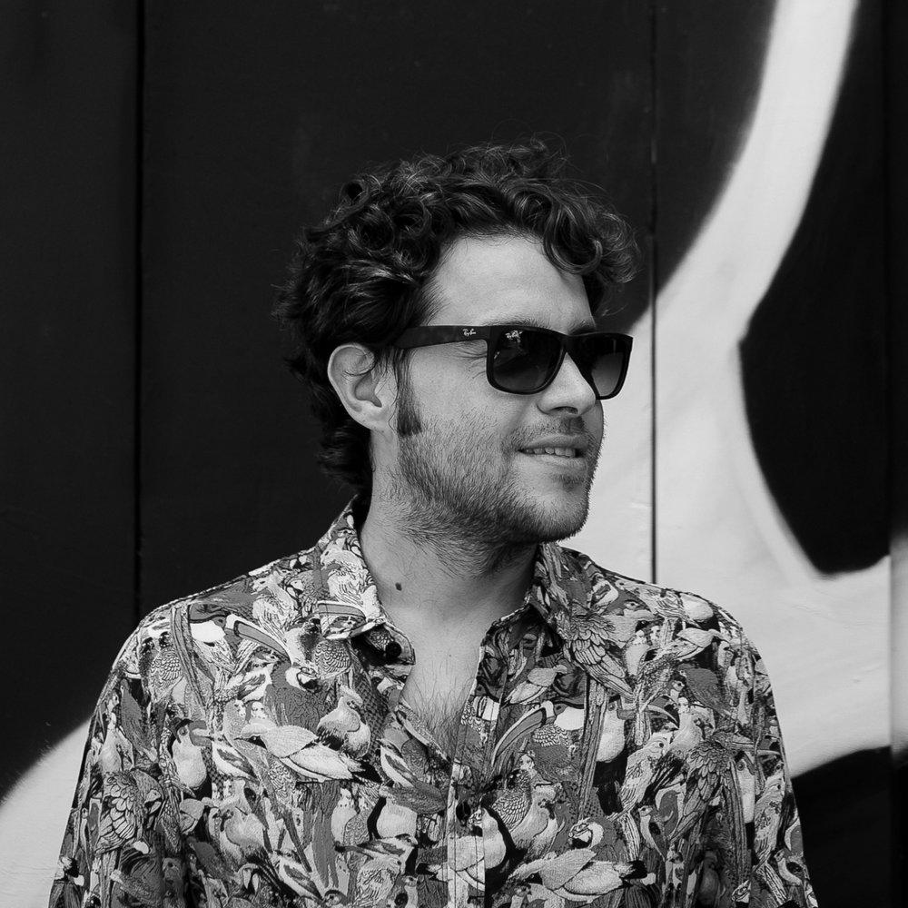 Rodrigo da Matta - Berlim Curador, Apresentador,RP, músico e DJ.