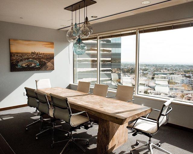 The windows, the natural light, the view, the wood table....is this conference room goals or what?!⠀ .⠀ .⠀ .⠀ #officegoals #conferenceroom #naturallight #letthelightin