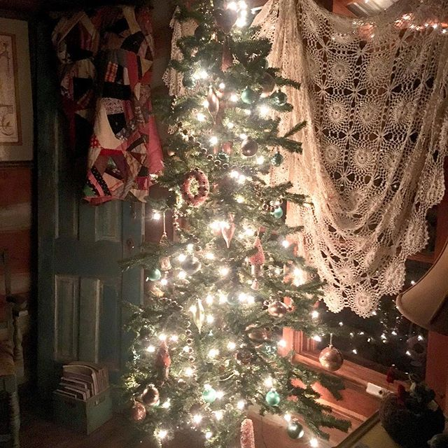 Christmas 🎄 is up at our cabin and is adorned with pink and teal ornaments. The perfect touch to go with our 1940s vintage pink velvet sofa. Did I say that I actually have guests who book the cabin because of the sofa?  True!!