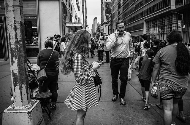 new york city// . . . #newyork #nyc #streetphotography #spi_collective #bw #travelphotographer #natgeocreative #everydayeverywhere #yourshotphotographer #lensculture #womenphotograph #womenstreetphotographers #documentaryphotography #photojournalism