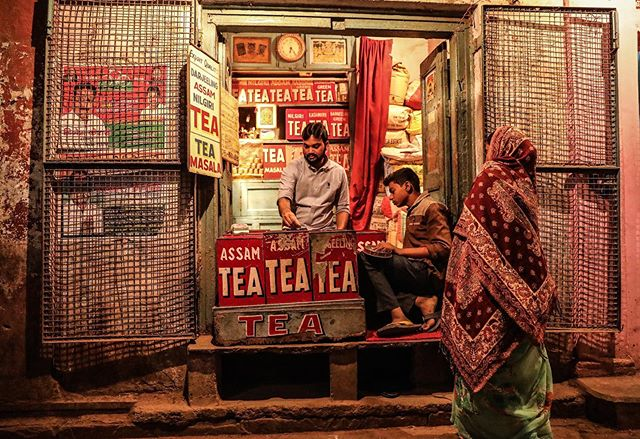 Varanasi, India// . . . #varanasi #india #teastall #tea #everydayindia #everydayeverywhere #womenstreetphotographers #SPI_collective #womenphotograph #photojournalism #womenphotographers #photograph #streetphotography #everydayasia #natgeo #natgeouk #yourshotphotographer #india_gram #indiapictures