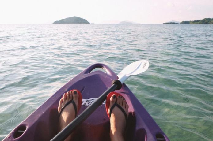 Dette høres kanskje vanskelig ut, men det finnes så utrolig mange alternativer. Undersøk om du kan ta turen til en lokal øy med ferge, eller dra på padletur med kajakk i en nærliggende innsjø. En ferge-billett koster under femtilappen, og utleie av kajakker trenger ikke koste mer enn rett under hundrelappen! Husk svømme-vest, badetøy, solkrem og deilig matpakke. Det finnes også mange steder hvor du kan leie 'Stand Up Paddleboards'.