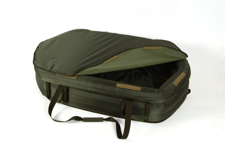 A full Velcro-fastened cover keeps fish safe