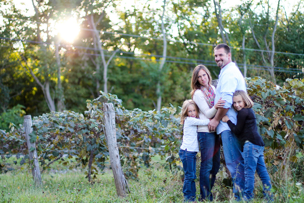 family photo session at yonts vineyards in branchport new york