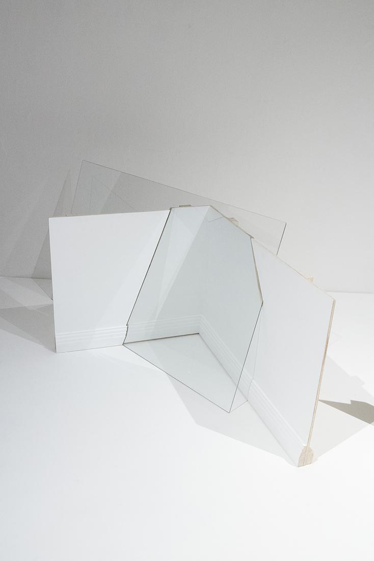 Fabiola Torres-Alzaga   El umbral de lo visible,  2018 Madera y vidrio