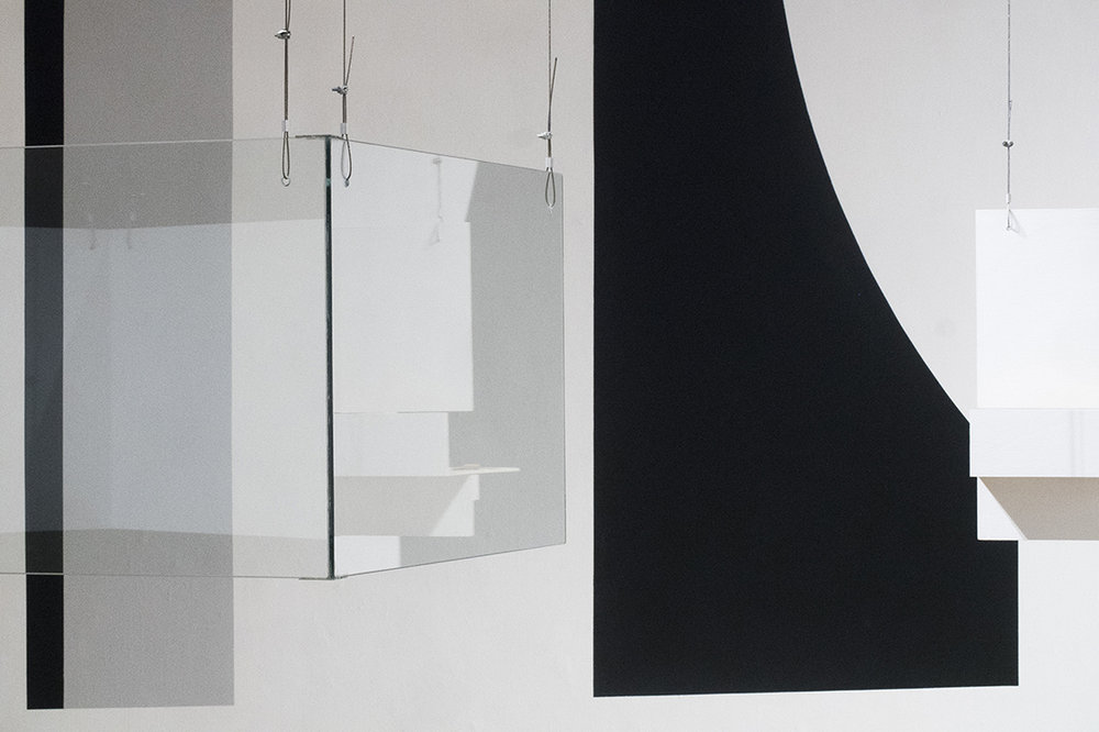 Fabiola Torres-Alzaga -  Guante,  2018.  Madera, vidrio, tensores de metal, guantes.