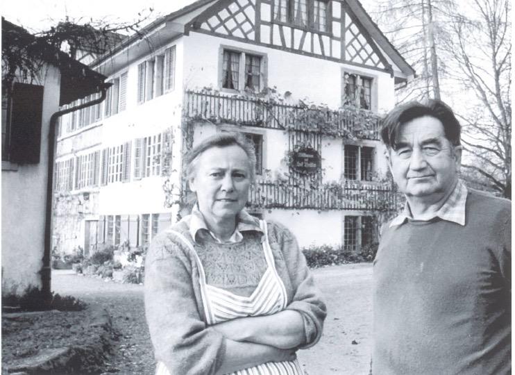 Alice und Emil Meier auf dem Hofplatz, 1982