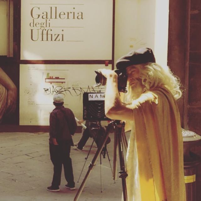 Fixing the composition for the on-self portrait of Leonardo next to the entrance to the Uffizi gallery, Florence.