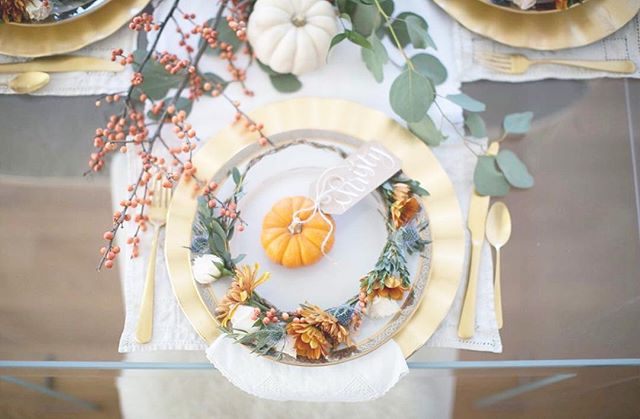 Friendsgiving close up.  _ 📷: @msnphotography 🌼: @crownsbychristy