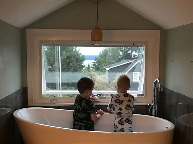 A bathtub with a view (and the best models one could hope for) 📷: @megrarick