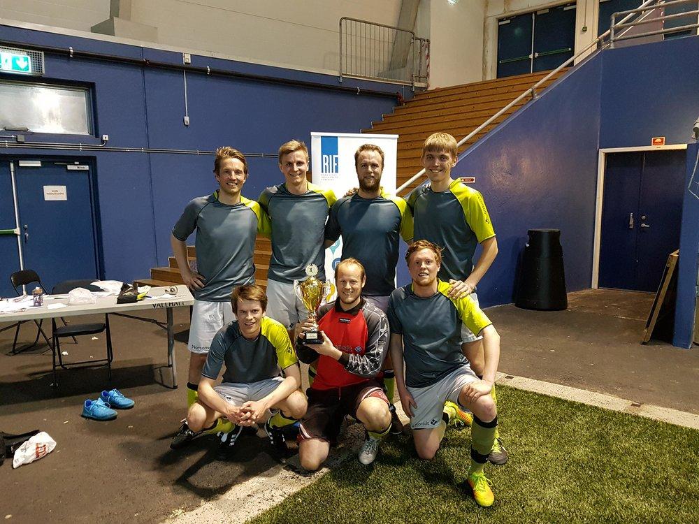 CHAMPIONS AGAIN: Yngvar og hans lagkamerater. En av dem er eliteseriespiller i futsal. Vi vet ikke hvem.