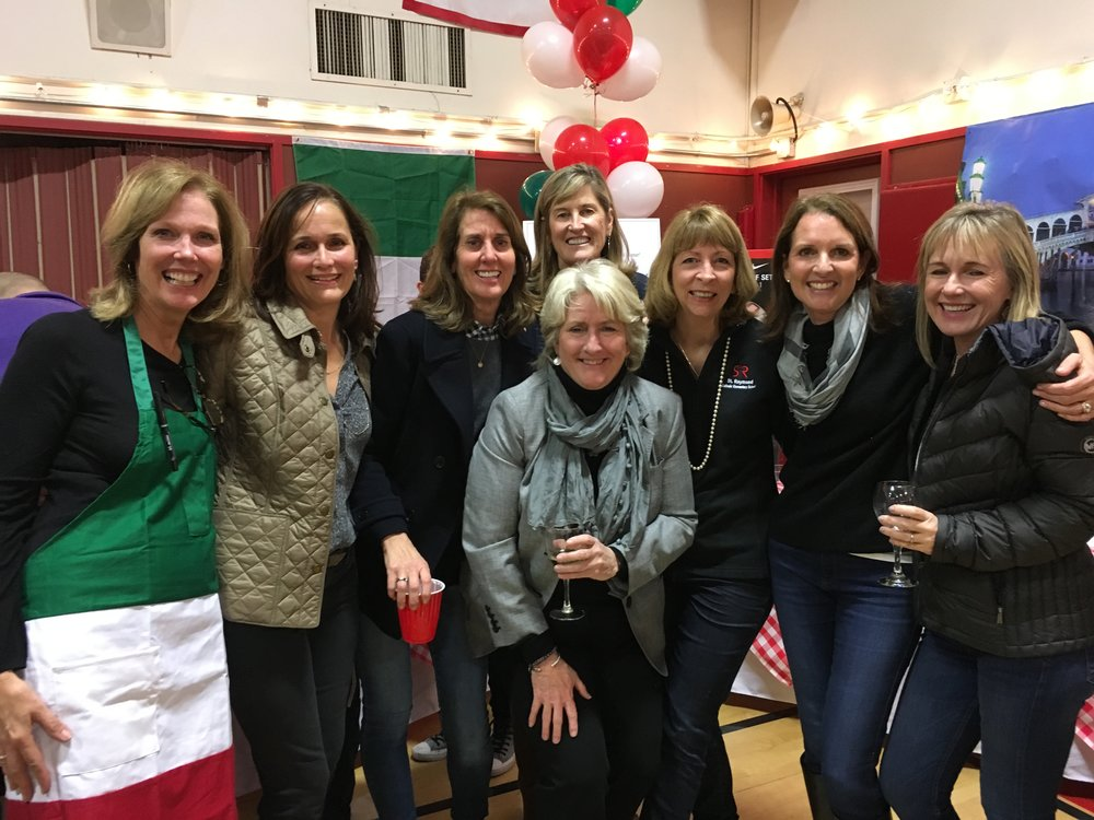 Alumni Moms enjoy the Spaghetti Dinner festivities.