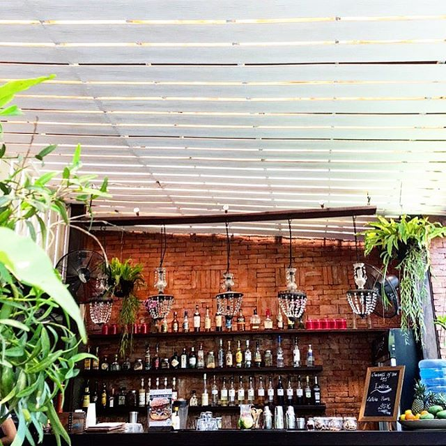 A cocktail or two in this cozy little outdoor dining area in Batu Belig...🍸 Check out ate beverage recommendations and location details in our app! www.jamjarapp.com