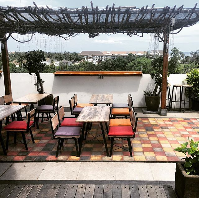 Affordable Rooftop Dining..🍹 Check out our other favorite spots like this in the app! WWW.JAMJARAPP.COM