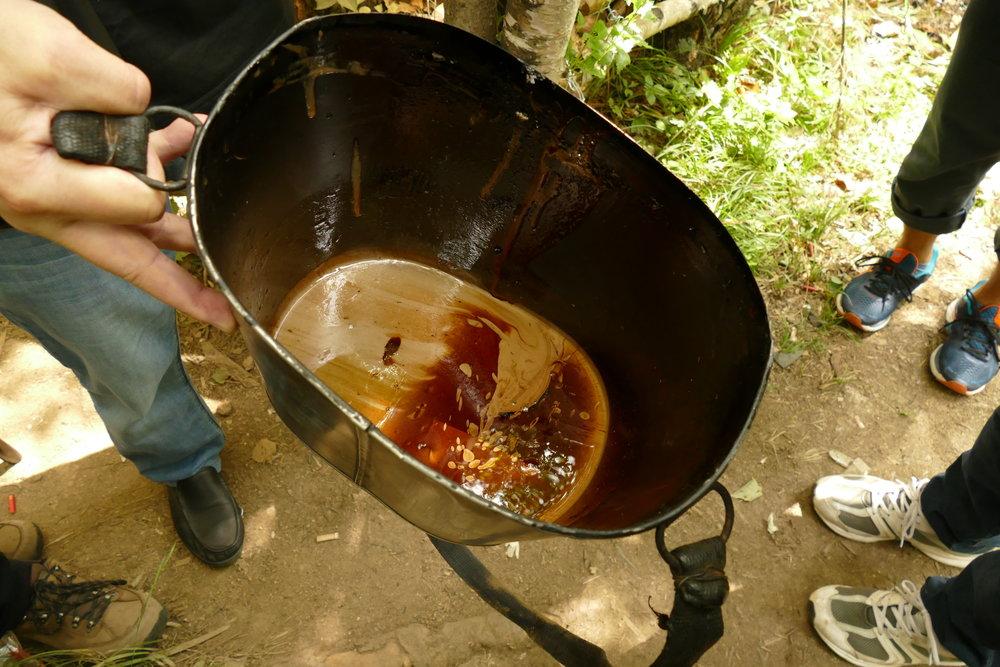 漆桶と採取された漆液