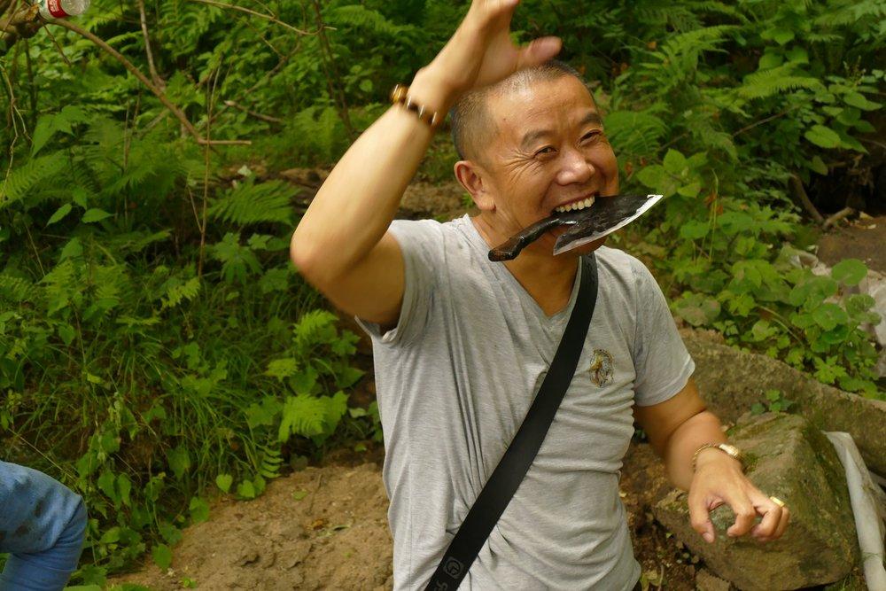 陽気な山のボス、木の登り方を教えてくれています