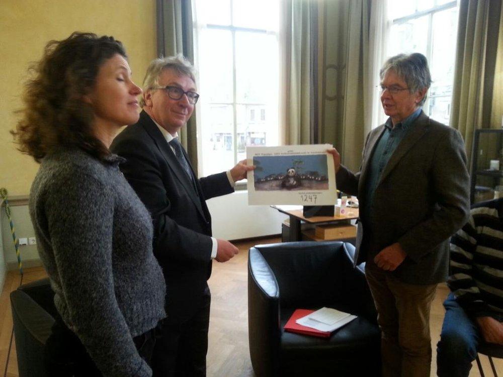 Hanita Zweers en Hans Brons van Mooi Wageningen bij de burgemeester