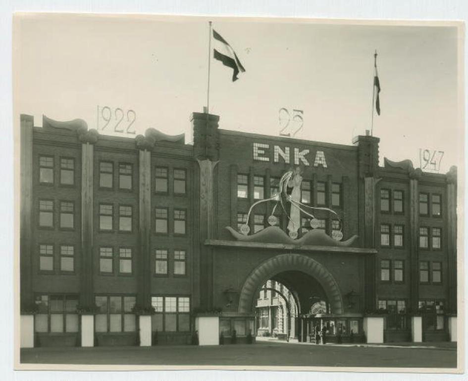 Van de toenmalige ENKA fabriek zijn tegenwoordig alleen nog delen van de toegangspoort en de voorgevel te zien.    © Historisch Museum Ede
