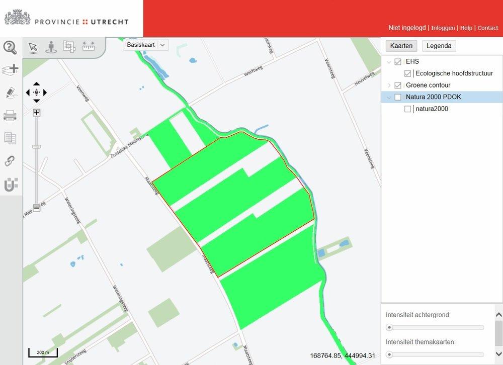Kaart 1. In groen: het huidige natuurgebied. Binnen de rode lijn: het verkleinde gebied dat wordt voorgesteld.