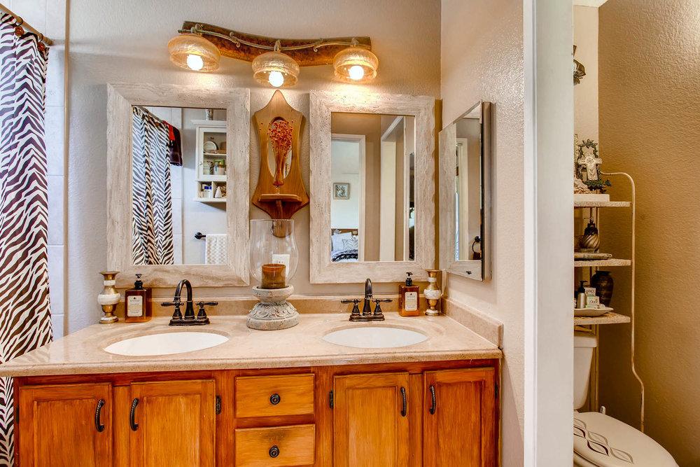 1525 San Bernardino Ave Spring-large-017-14-Master Bathroom-1500x1000-72dpi.jpg
