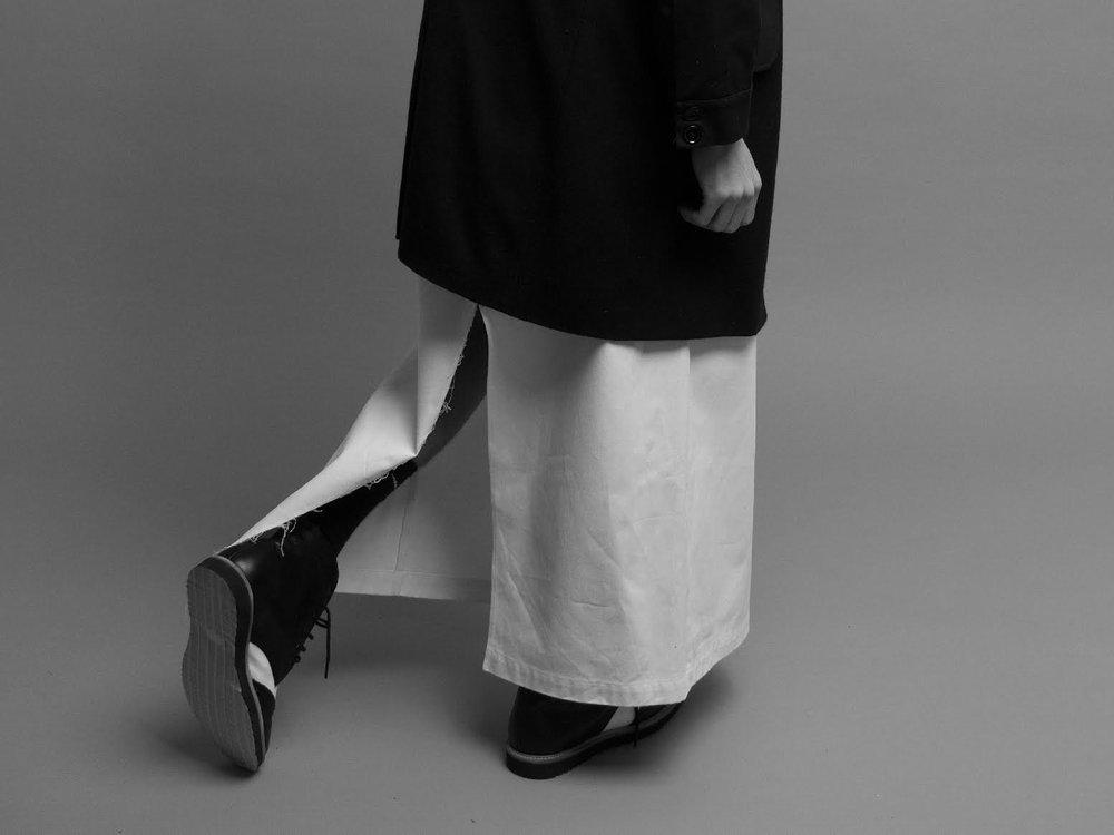 Abrigo: Boyfriend Shirt Pantalon: MANCANDY Zapatos: Caballeria Camiseta : Propiedad del stylist.