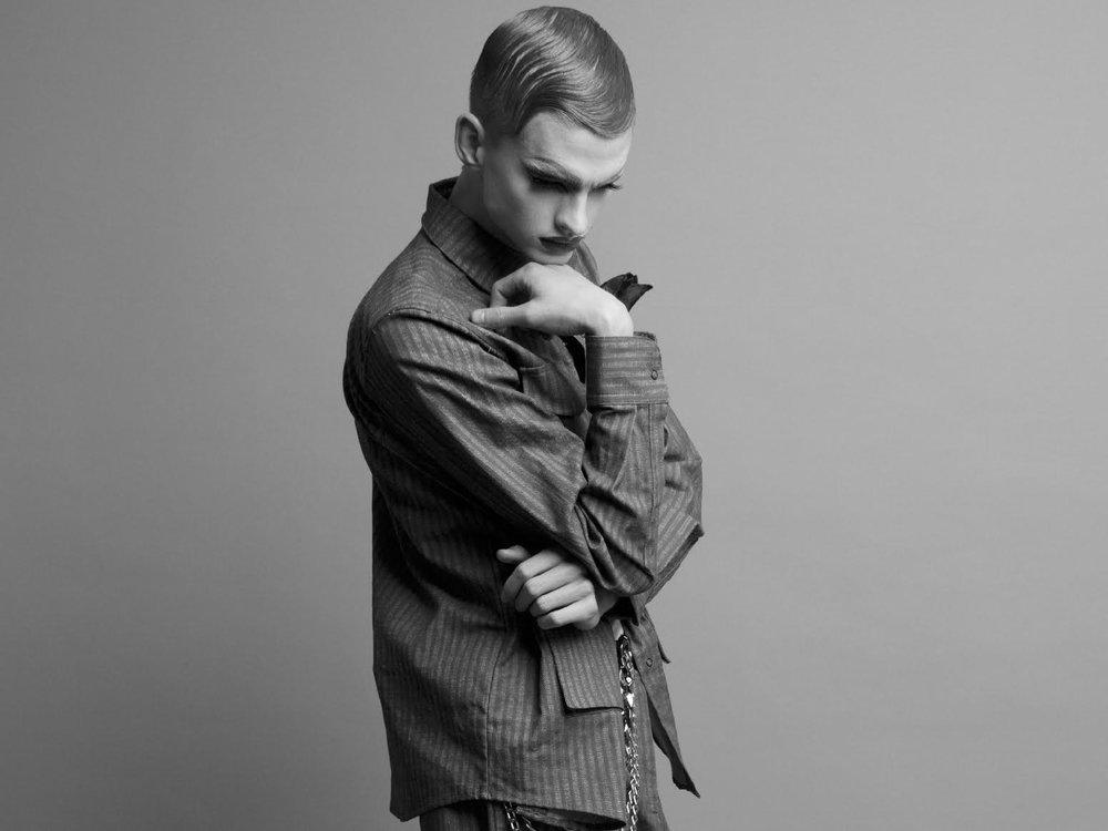Camisa y Pantalon: MANCANDY Zapatos: Caballeria Pañuelo: Void Camiseta y Cadenas: Propiedad del stylist