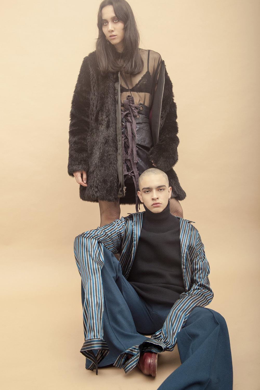 Ella: Abrigo - Alfredo Martínez | Falda - Mancandy | Él:Camisa y cuello alto - Mancandy | Pantalón - Alfredo Martínez