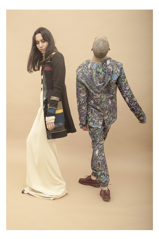 Ella: Vestido - Mancandy | Abrigo - Alfredo Martínez | Suecos - G4D | Él: Blazer y trousers - Los Vladimirovich