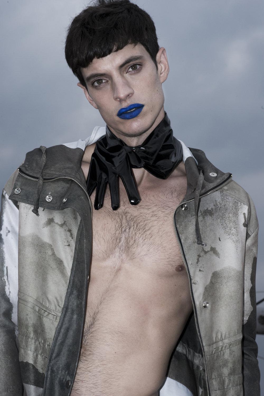 Chamarra: Boyfriend Shirt | Guantes: propiedad del estilista