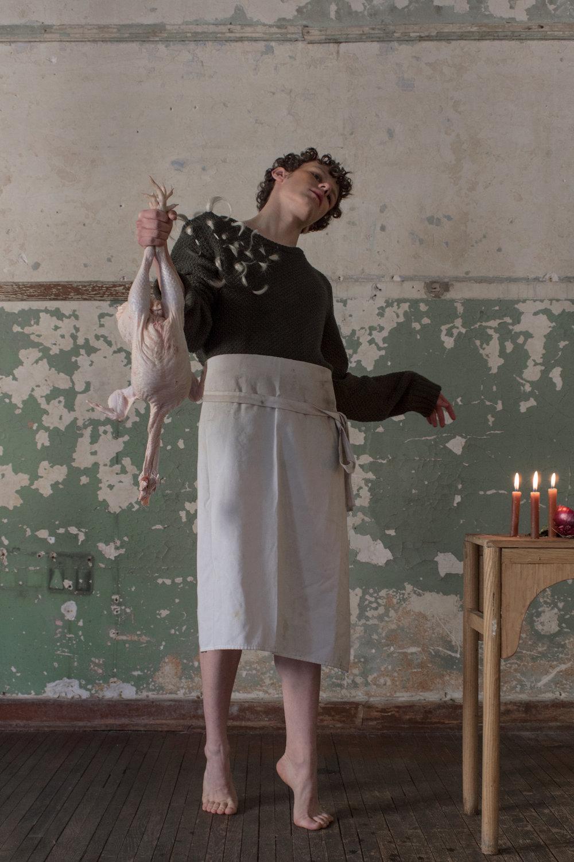 Suéter de algodón con de pelo sintético de Melanie Brunch. Delantal propiedad del estilista.