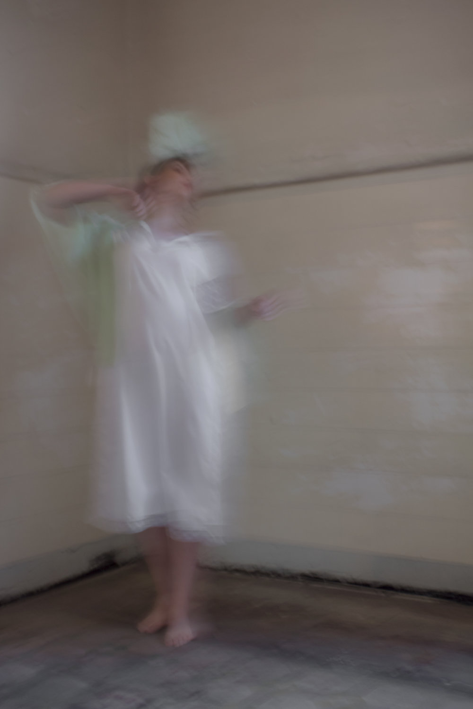 Tocado en forma de repollo y blusa verde de gasa de Melanie Brunch, peignoir de Yves Saint Laurent.