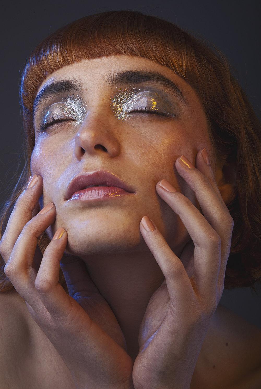 SKIN: Chanel, EYES :Mac Cosmetics y Chanel, LIPS: Chanel, Nails: Coquillage 560 Chanel.