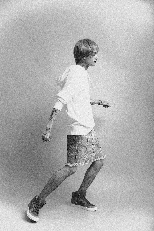 Pullover:  Calvin Klein  , falda:  Denim Blues  , tenis:  SUPRA