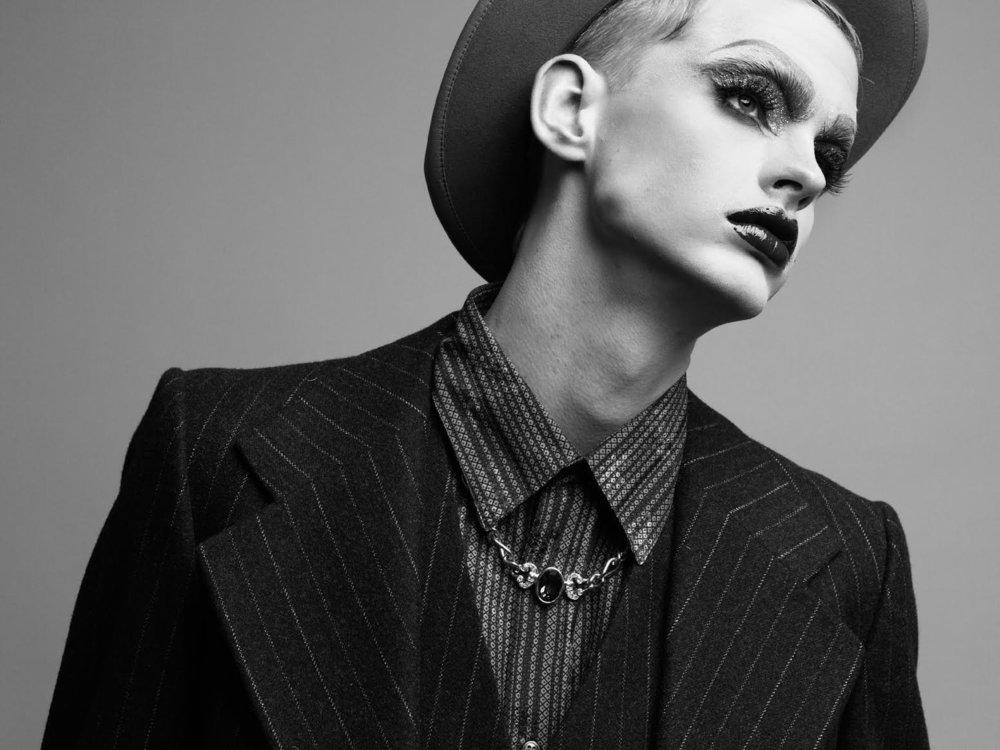 Sombrero:1952 maysser hat Camisa: Leo Fabio Saco de tres piezas: Yves Saint Laurent Zapatos: Cole Haan Anillo: Avocet Collar y pulsera: Propiedad del stylist.