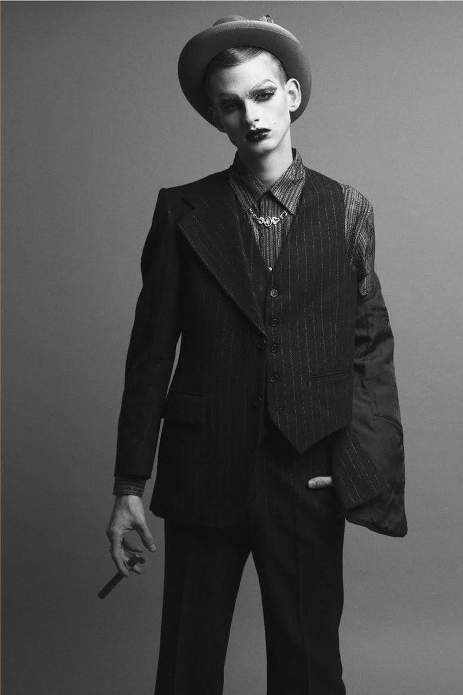 Sombrero:1952 maysser hat Camisa: Leo Fabio Saco de tres piezas: Yves Saint Laurent Zapatos: Cole Haan Anillo: Avocet Collar y pulsera: Propiedad del stylist