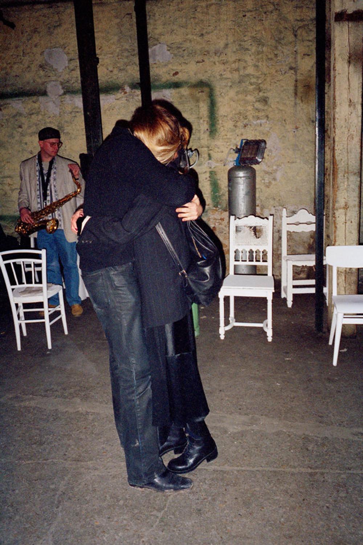 Jenny Meirens abrazada de Martin Margiela.