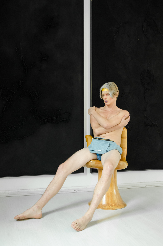 Cangurera:  AYANEGUI, cuadro de  Beatriz Zamora, silla de  Pedro Friedeberg