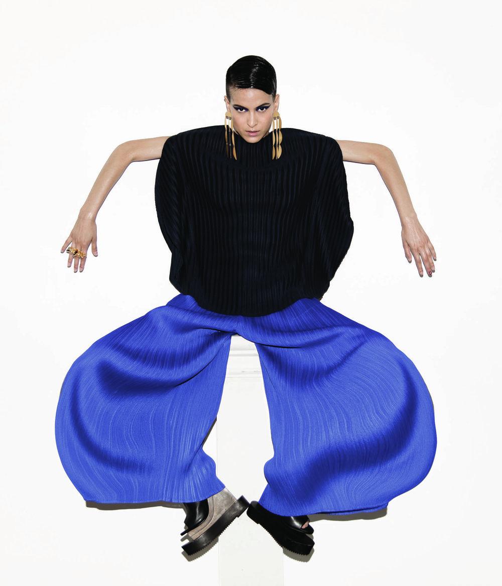 Pantalones y blusa  Issey Miyake , zapatos y accesorios de la estilista.