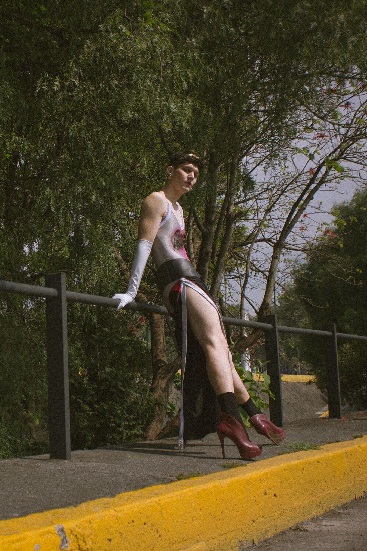 Body y pantalón de  Keneth Glitter,  tiara de  Erresie7e, aretes  Chanel   vintage, guantes y cinturón del estilista.