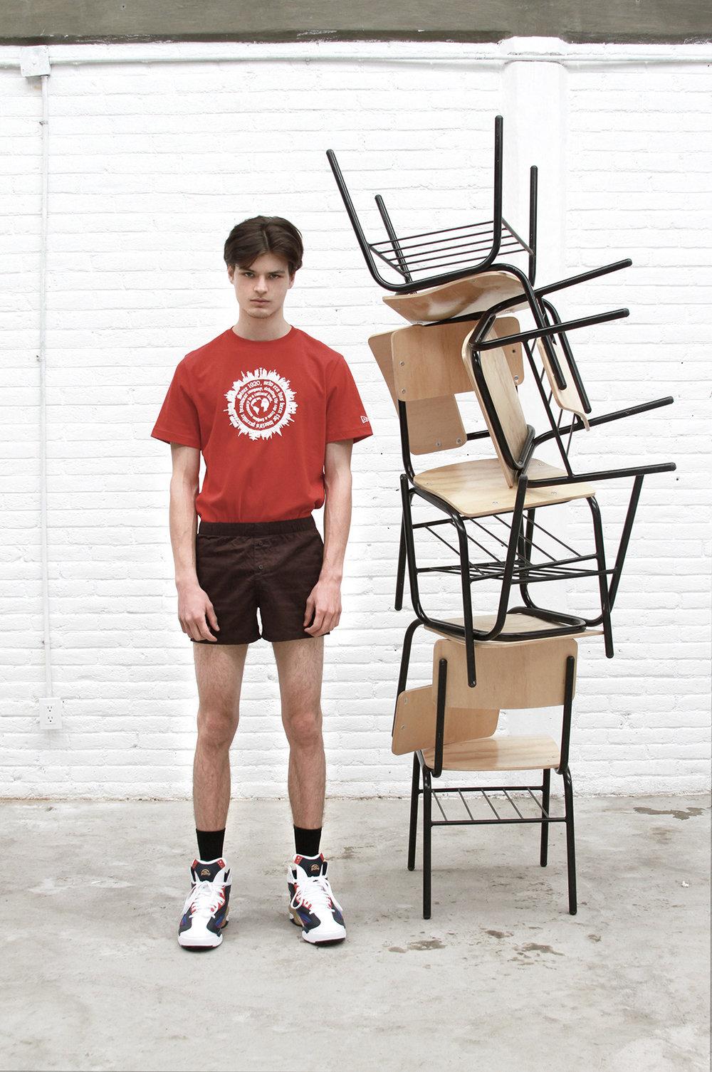 Camiseta  NEW ERA , tenis  REEBOK , bóxer del coordinador de moda.