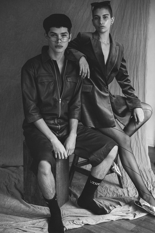 Alfredo: Jumpsuit y The Pack Gorra  Acne Studios Calcetas  Vans  Lentes   vintage  .  Dani H.: Saco  Maxmara  Zapatos  Bimba y Lola  Lentes  Dior .