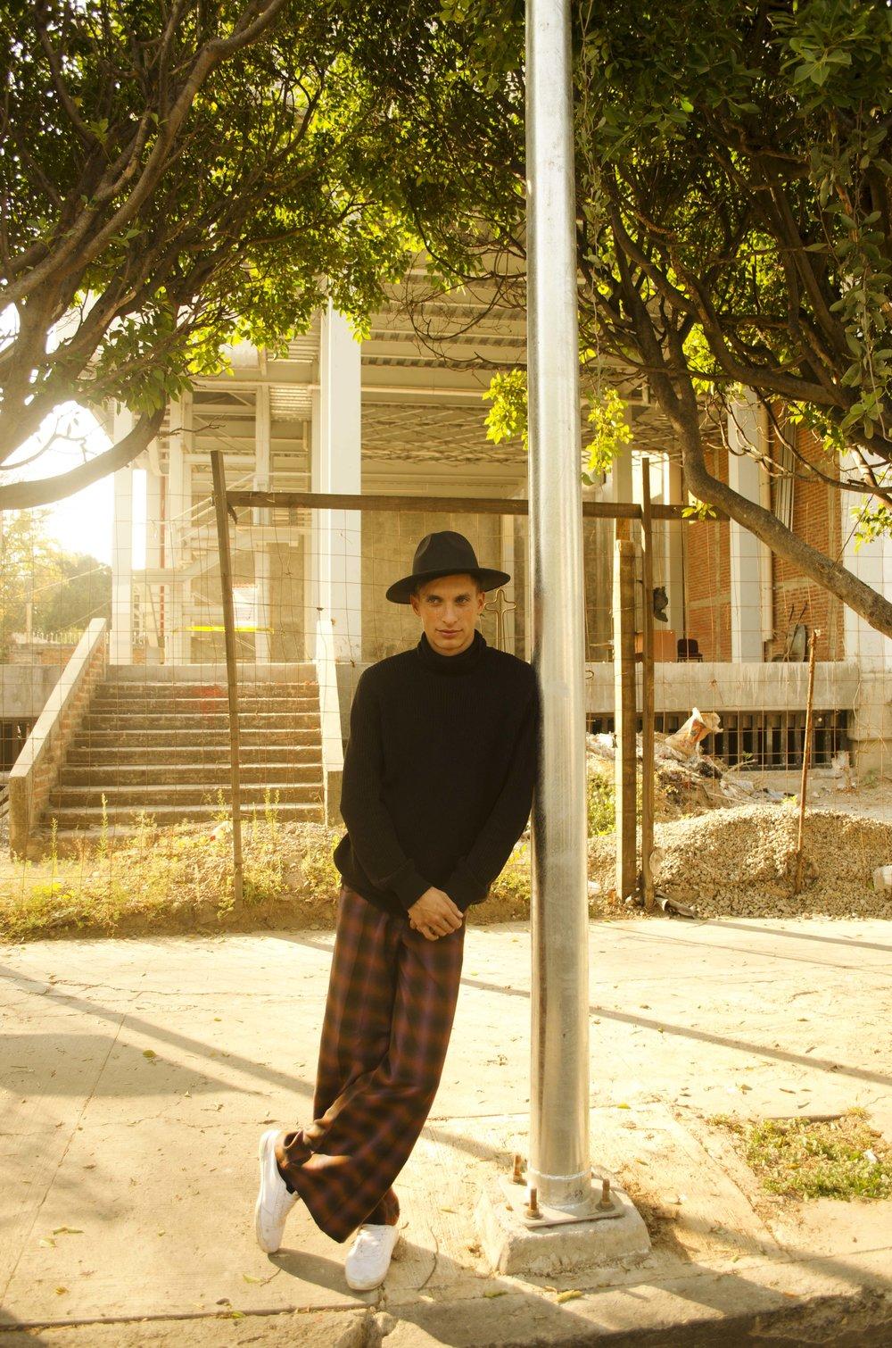 Pantalón:  Weimar Youths  Sneakers del modelo, cuello de tortuga y sombrero del coordinador