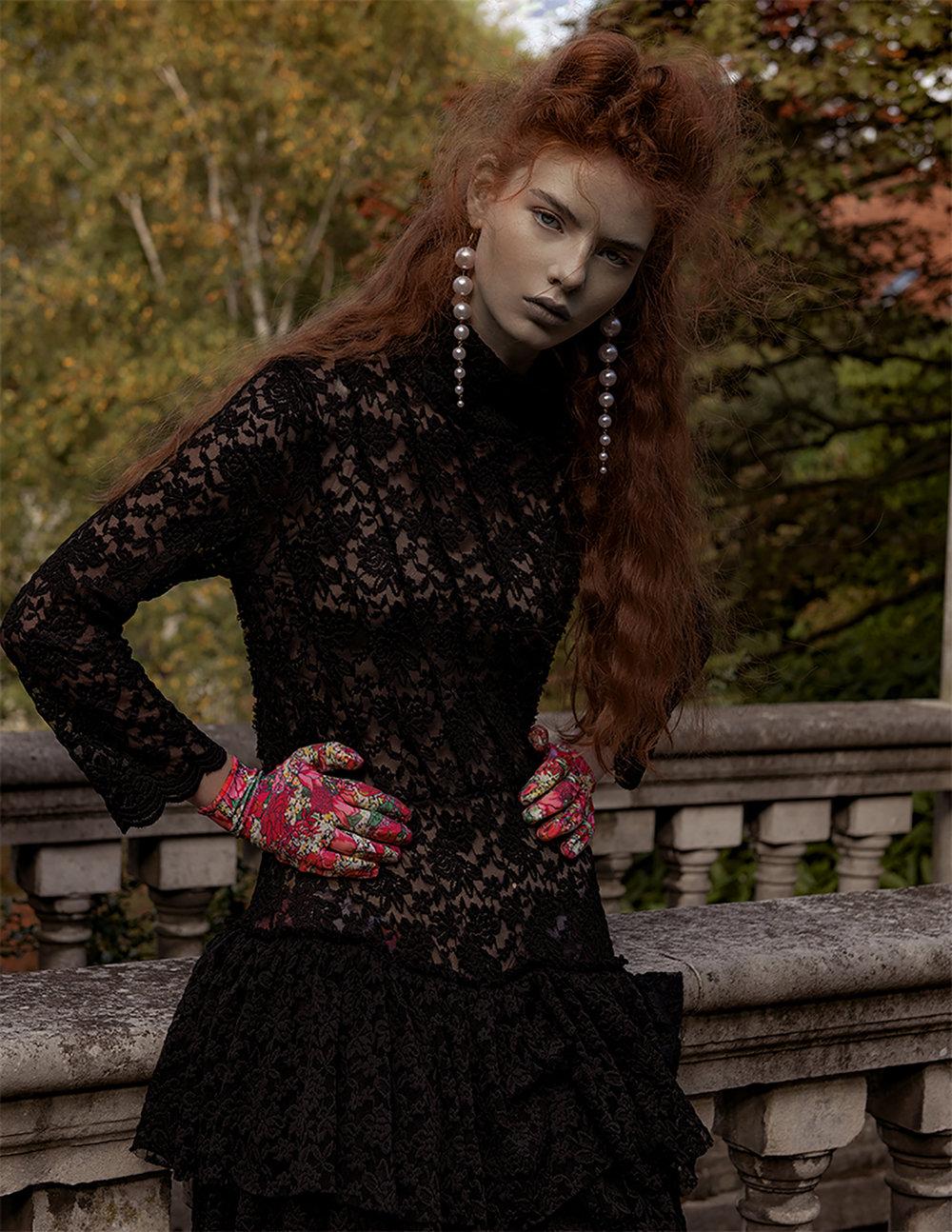 Aretes  House of LoLo , vestido  Aleksandra Seweryniak ,  guantes  PRTTYBOI LDN , botas  ASOS