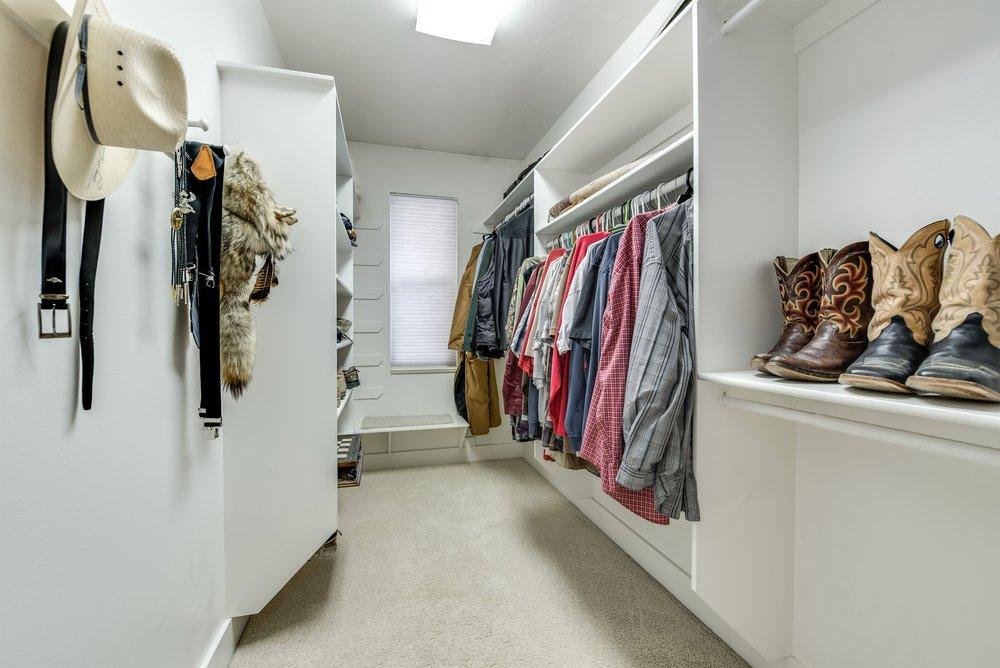 043_Walk-in Closet.jpg